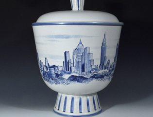 ny8191-alt4-rorstrand-new-york-stoneware-vase-with-continuous-views-of-the-new-york-skyline-oskar-dahl